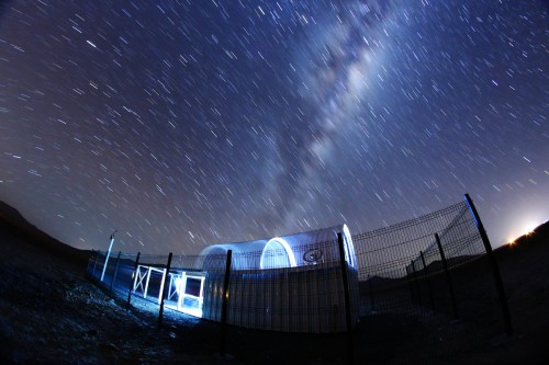 Ckoirama Observatory during the opening of the dome and under the Milky Way. Credit: U. de Antofagasta / F. Char.
