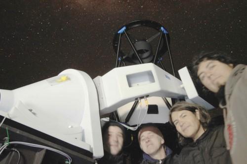 Telescopio Chakana y el equipo que lo configuró. De izquierda a derecha: Marco Rocchetto, Steve Fossey, Eduardo Unda-Sanzana y Juan Pablo Colque. Crédito: S. Fossey.